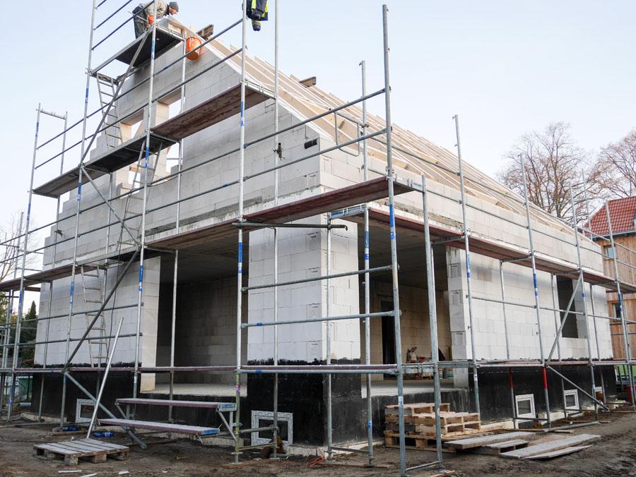 Rohbau Dachdeckerarbeiten, Neubau Niedrigenergiehaus | bfl Architekten Berlin