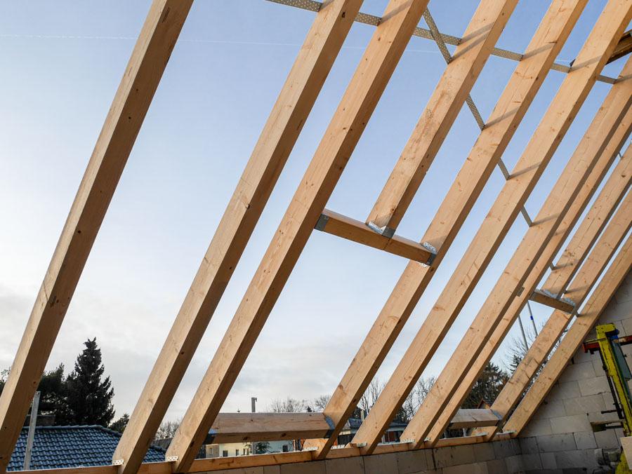 Aufsetzen des Dachstuhls, Neubau Niedrigenergiehaus | bfl Architekten Berlin